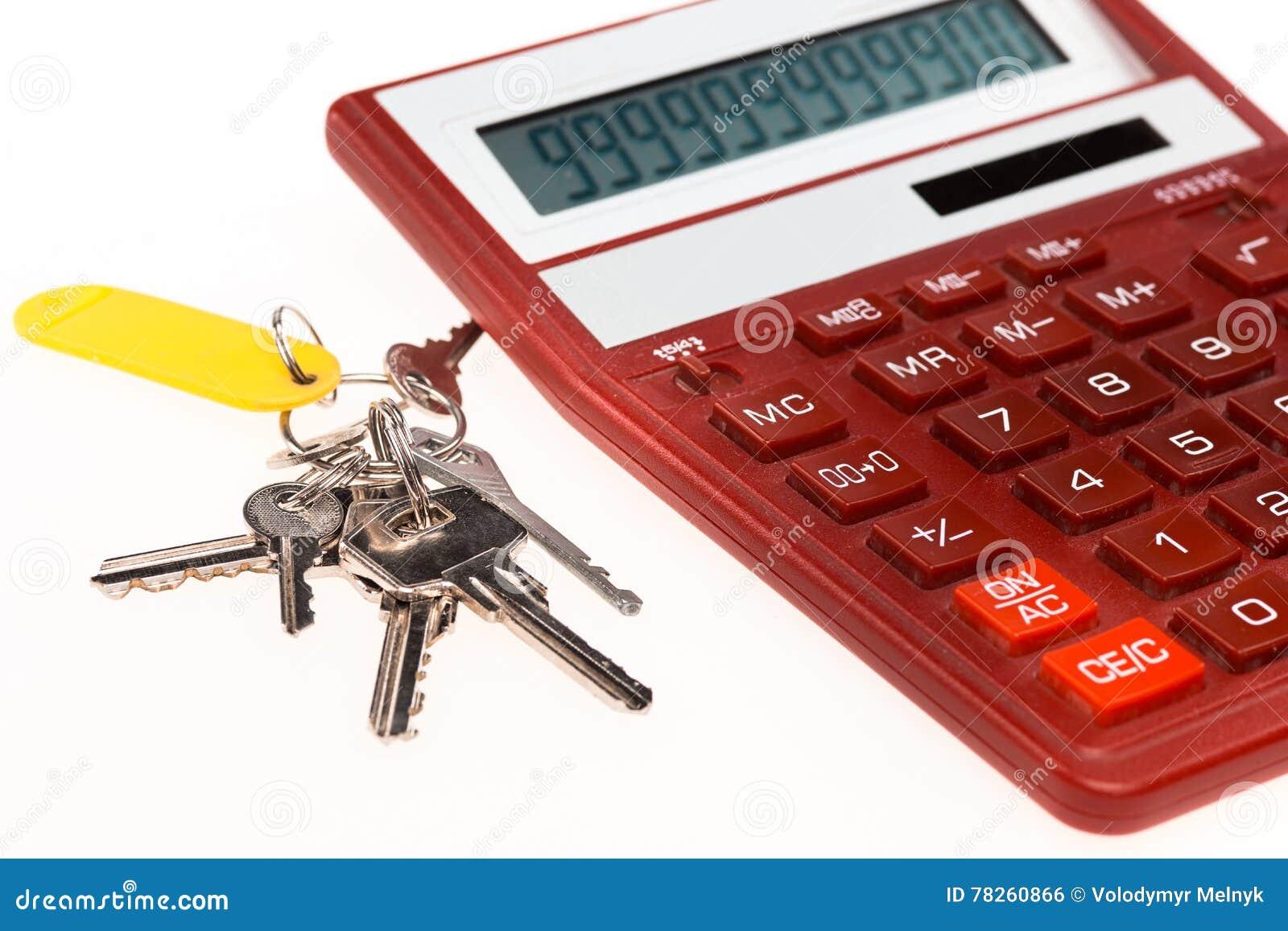 A calculadora vermelha com chaves em um fundo branco