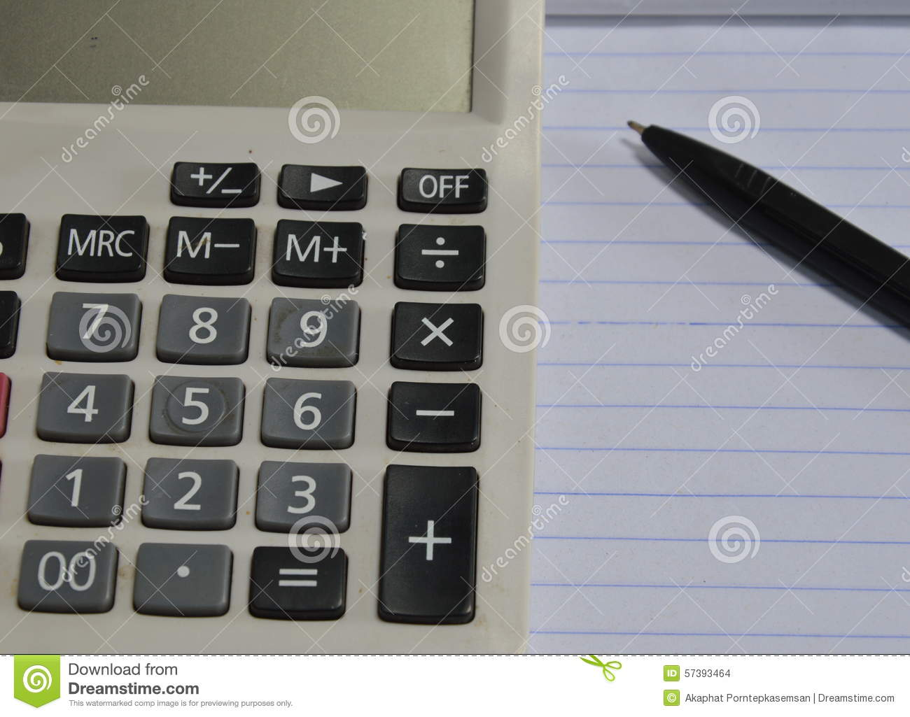 Calculator en pen op boek
