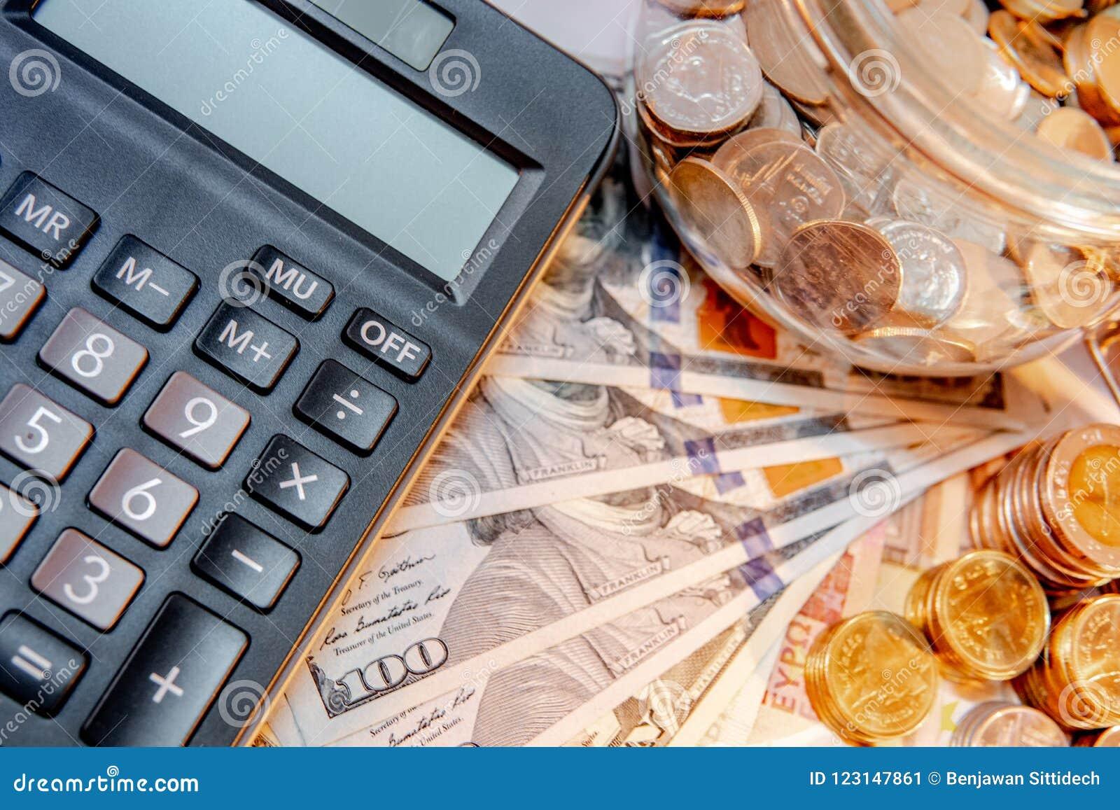 Calculator met internationale munt op de lijst