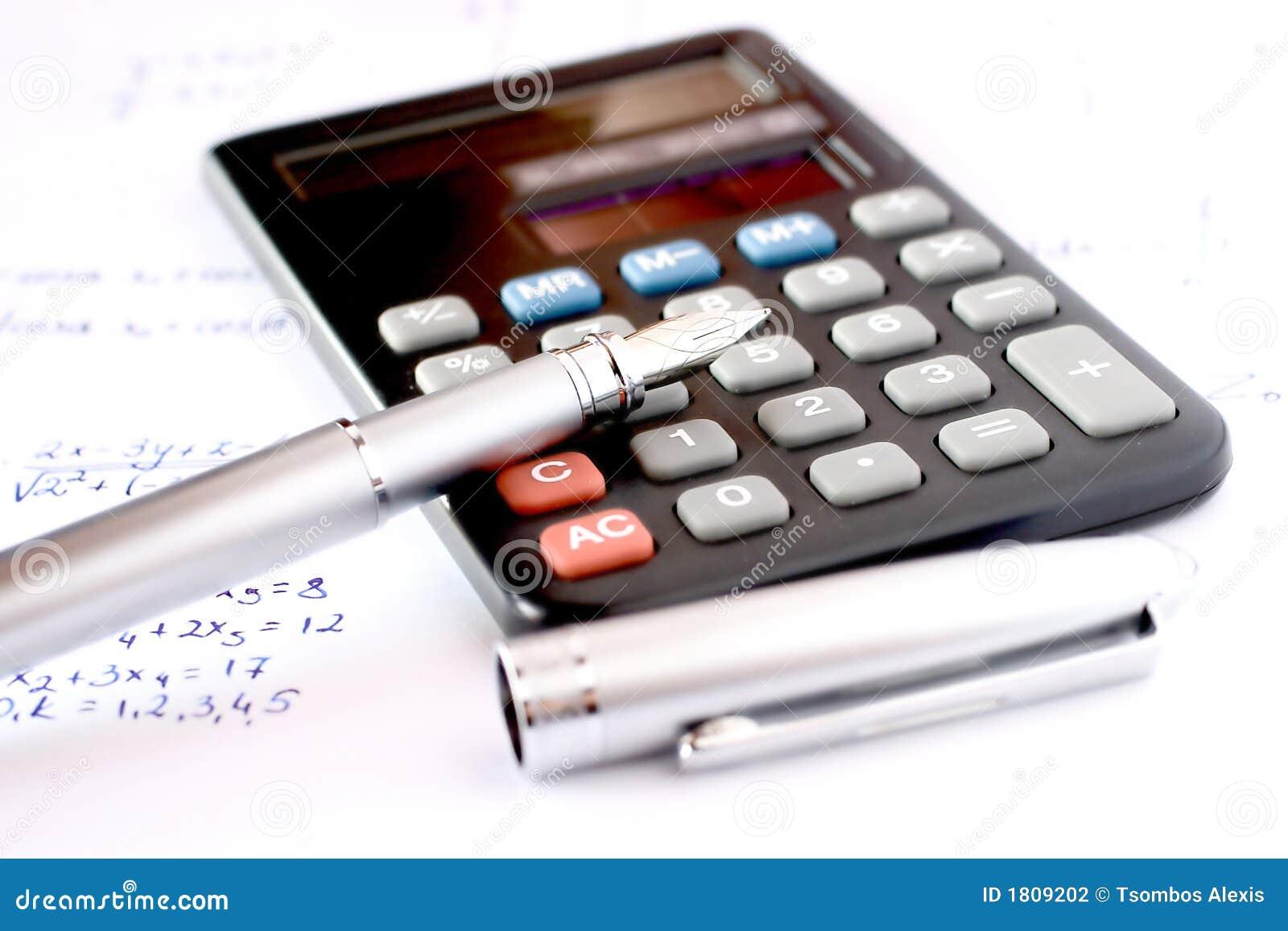 Calculator met pen en geschreven algebra