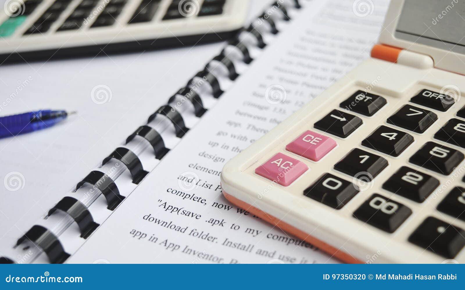 Calculator op Notitieboekje met pen