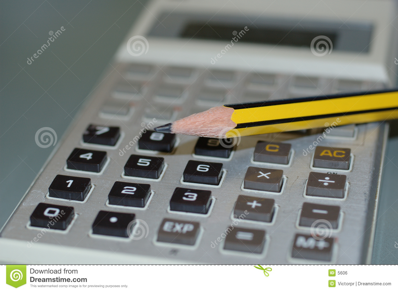 Calculatrice et un crayon