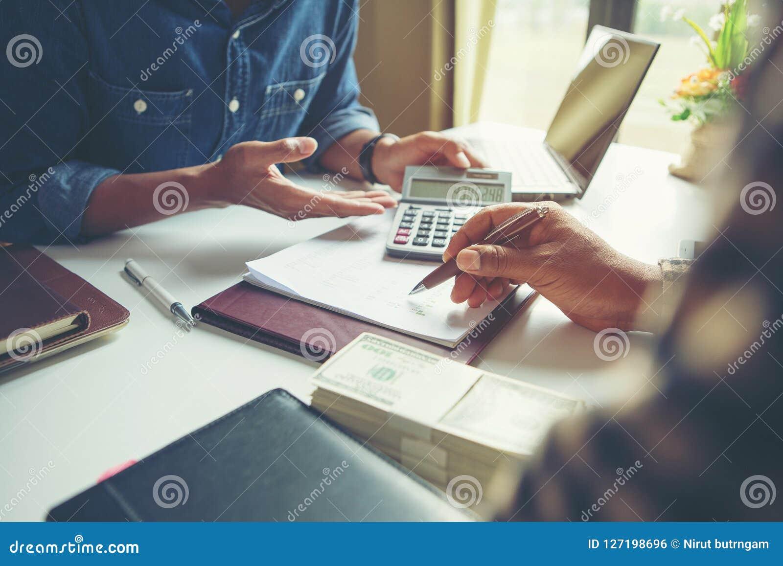 Calcule o conceito do orçamento e do planeamento empresarial, um couti de dois povos