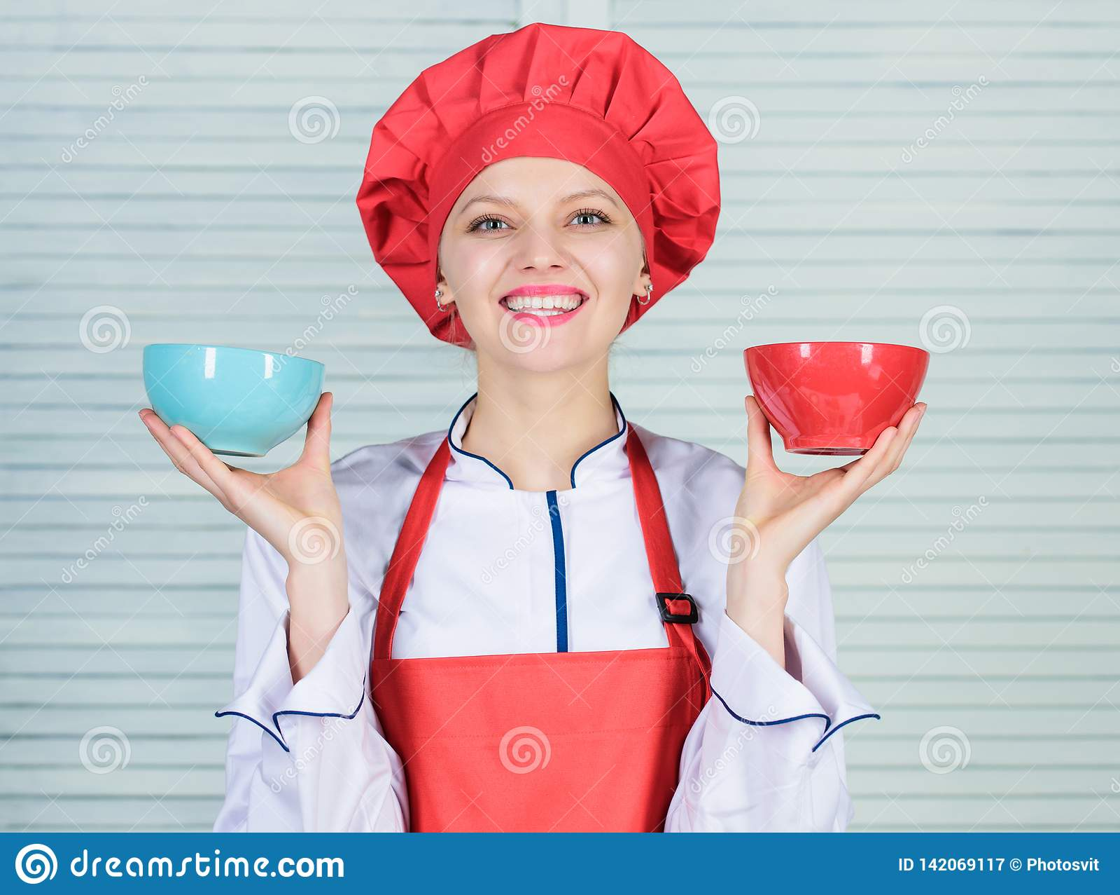 Calcule seu tamanho dos serviços do alimento Dieta e conceito de dieta Bacias da posse do cozinheiro da mulher Quantas parcelas v