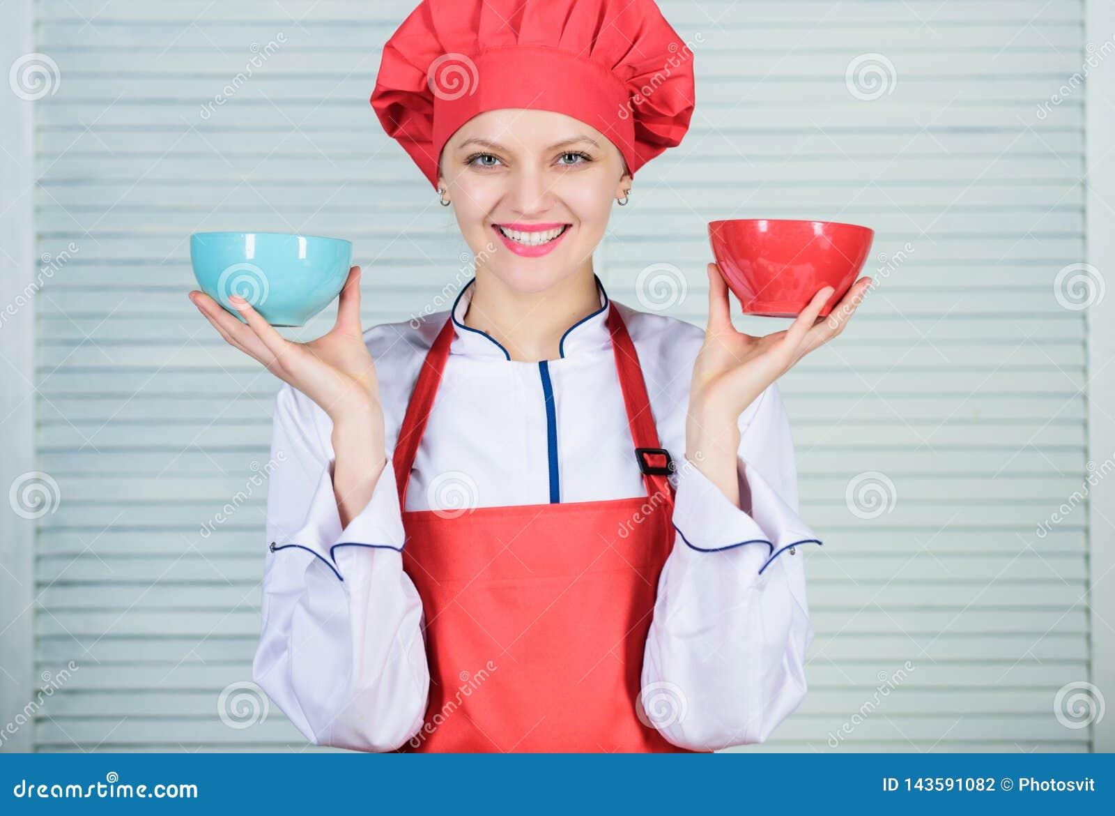 Calcule seu tamanho dos servi?os do alimento Dieta e conceito de dieta Bacias da posse do cozinheiro da mulher Quantas parcelas v