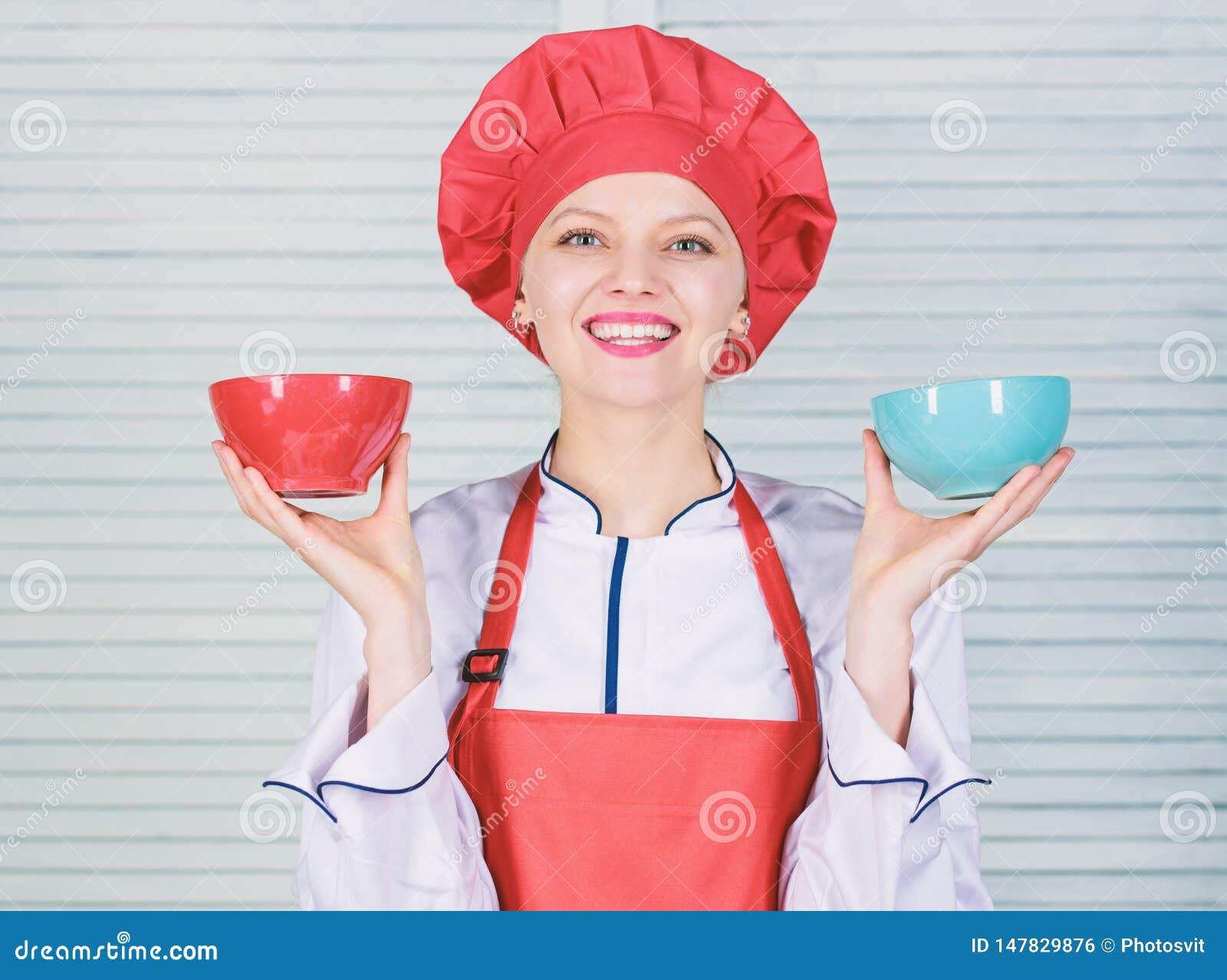 Calculez votre taille de portions de nourriture R?gime et concept suivant un r?gime Cuvettes de prise de cuisini?re de femme ? co