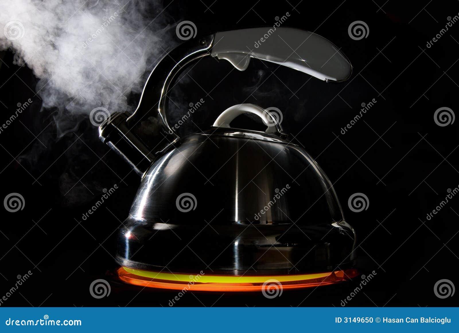 Download Caldaia Di Tè Con Acqua Di Ebollizione Fotografia Stock - Immagine di nero, incandescenza: 3149650