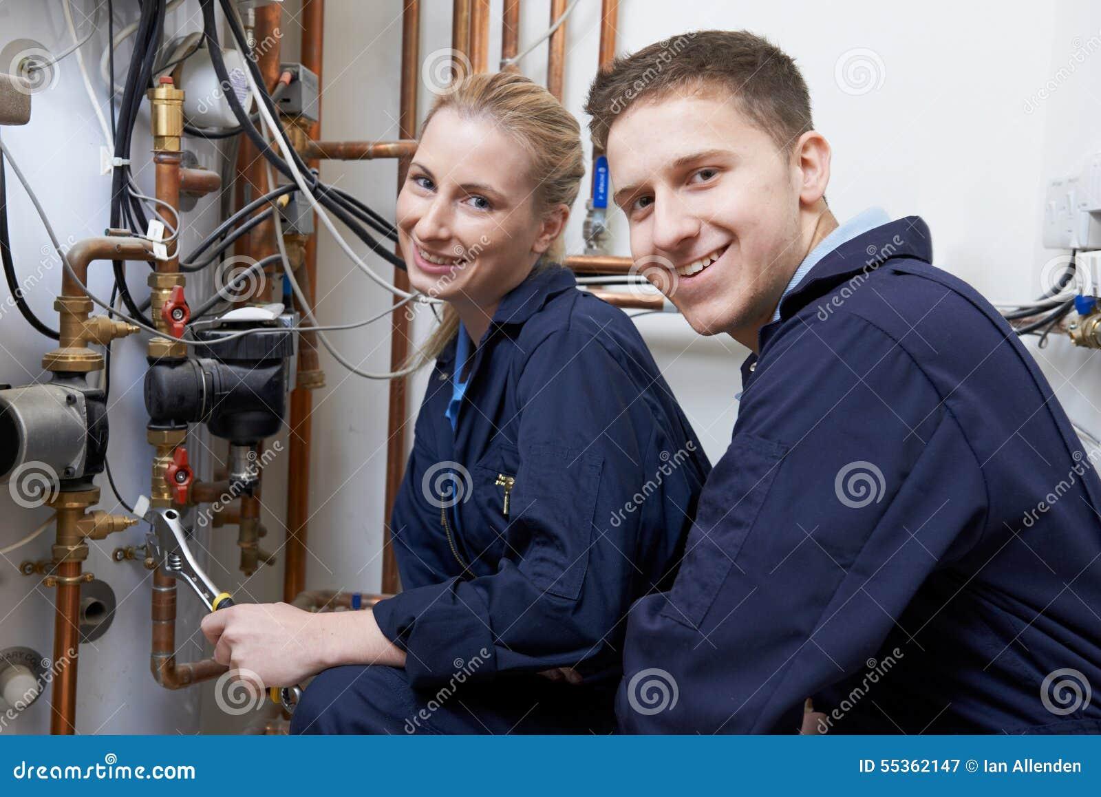 Caldaia femminile del riscaldamento di Working On Central dell idraulico dell apprendista