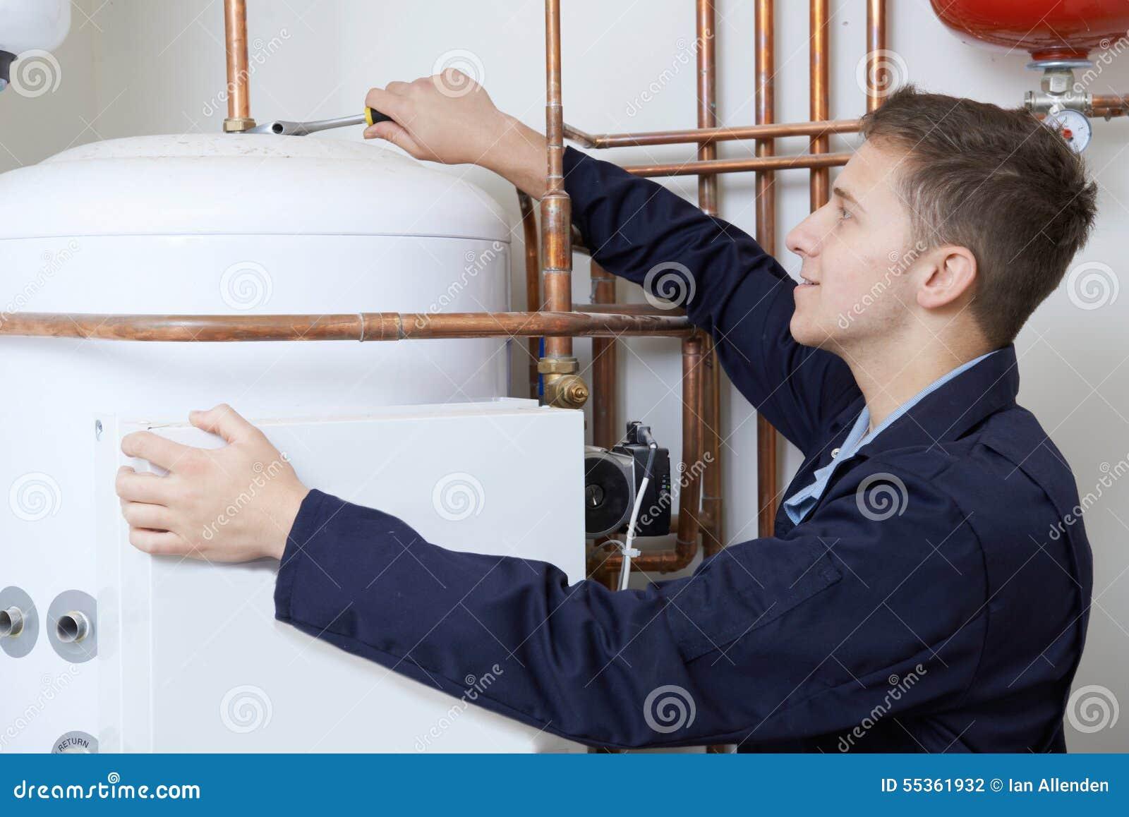 Caldaia maschio del riscaldamento di Working On Central dell idraulico