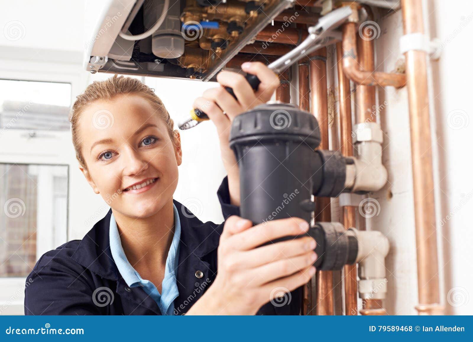 Caldera femenina de la calefacción de Working On Central del fontanero