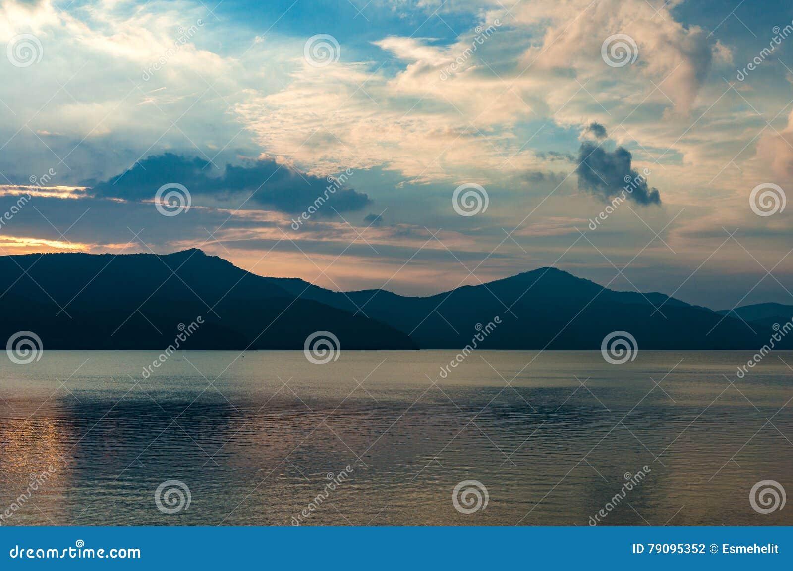 Caldera sjö på skymning med bergkonturer på bakgrunden