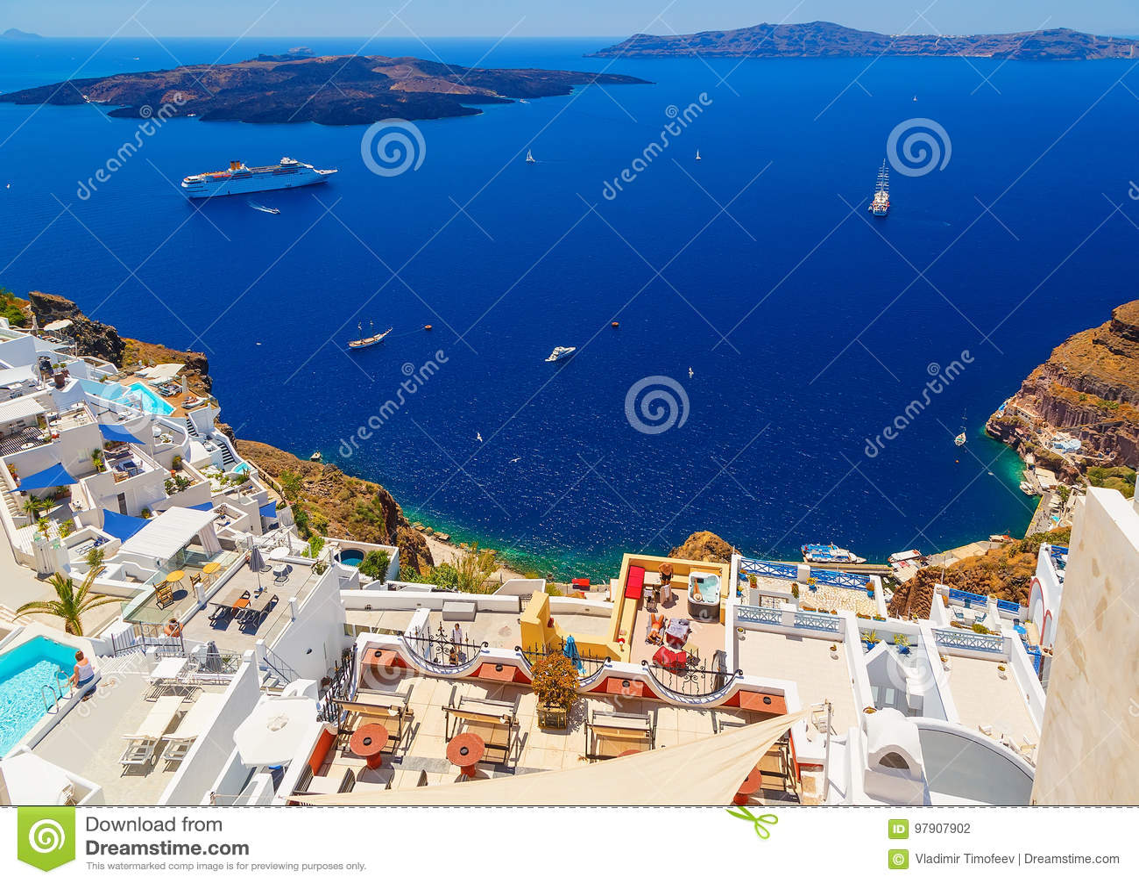 Caldera vulcanica di Santorini come visto da Fira, capitale di Santorini, Grecia Hotel con i turisti vacationing