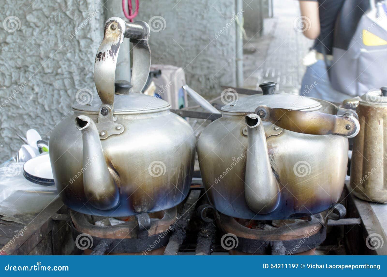 Calderas clásicas viejas para el agua hirvienda en estufa