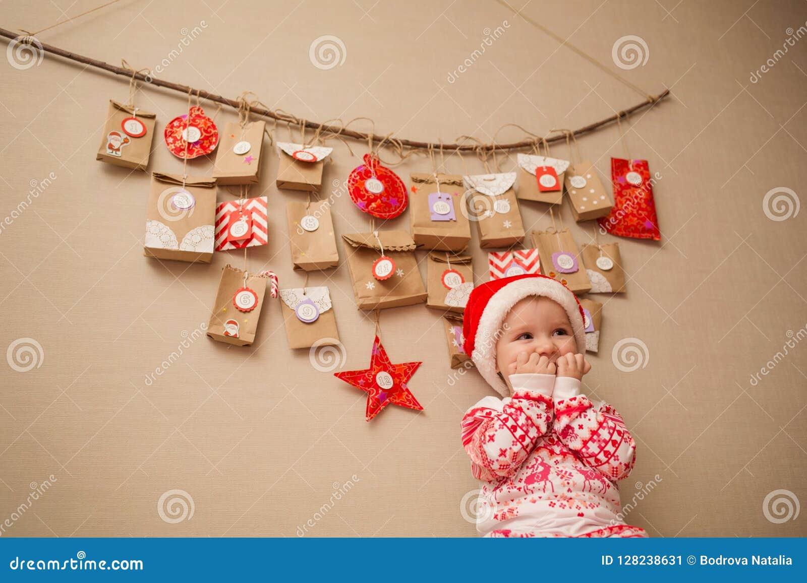 Calendário do advento para crianças criança em antecipação ao feriado