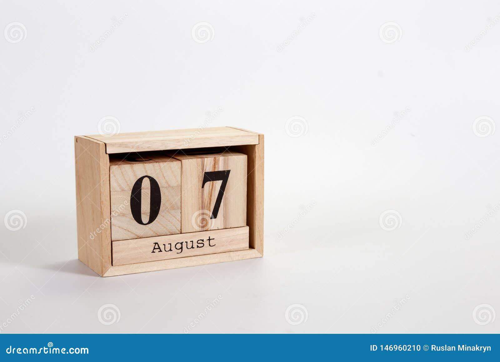 Calendario 7 agosto di legno su un fondo bianco