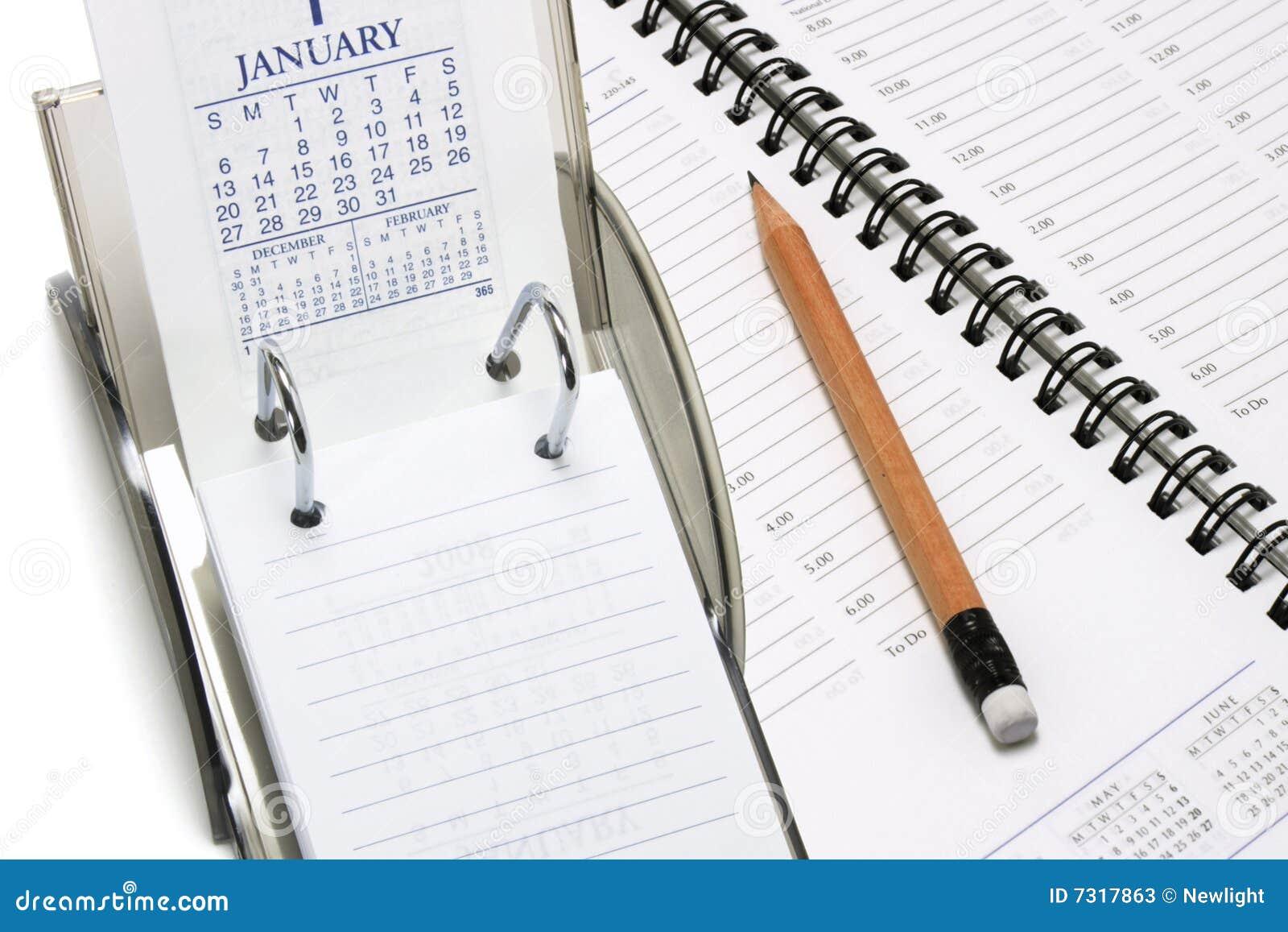 Calendario di scrittorio con il pianificatore e la matita
