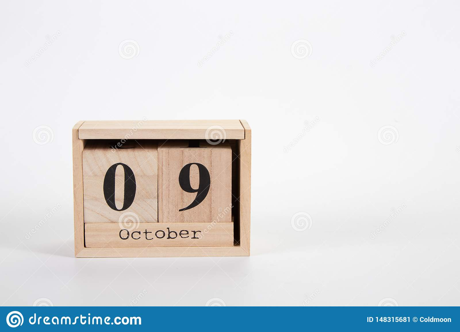 Calendario 9 ottobre di legno su un fondo bianco