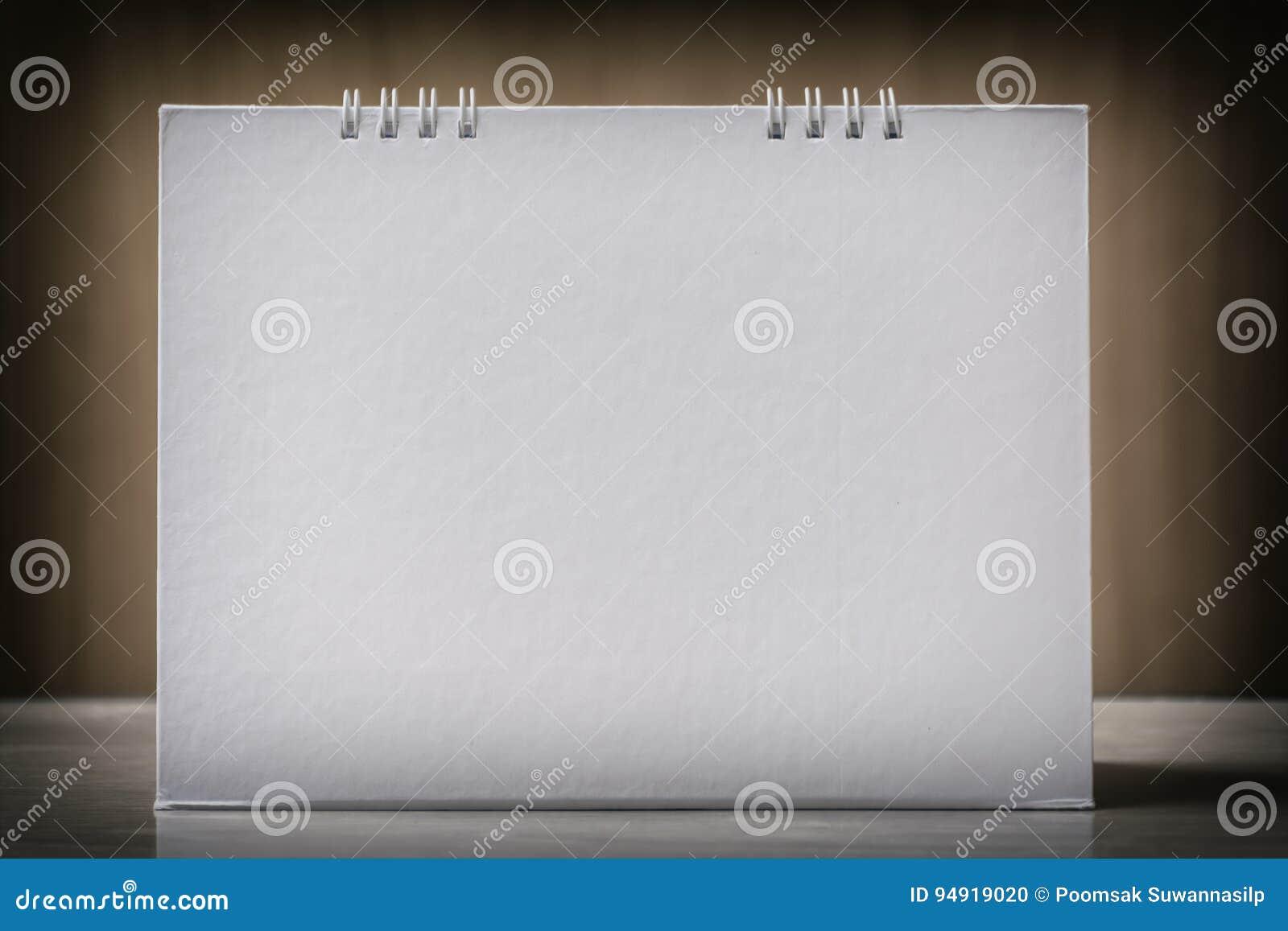 Calendrier de bureau de papier blanc sur le ton en bois de vintage