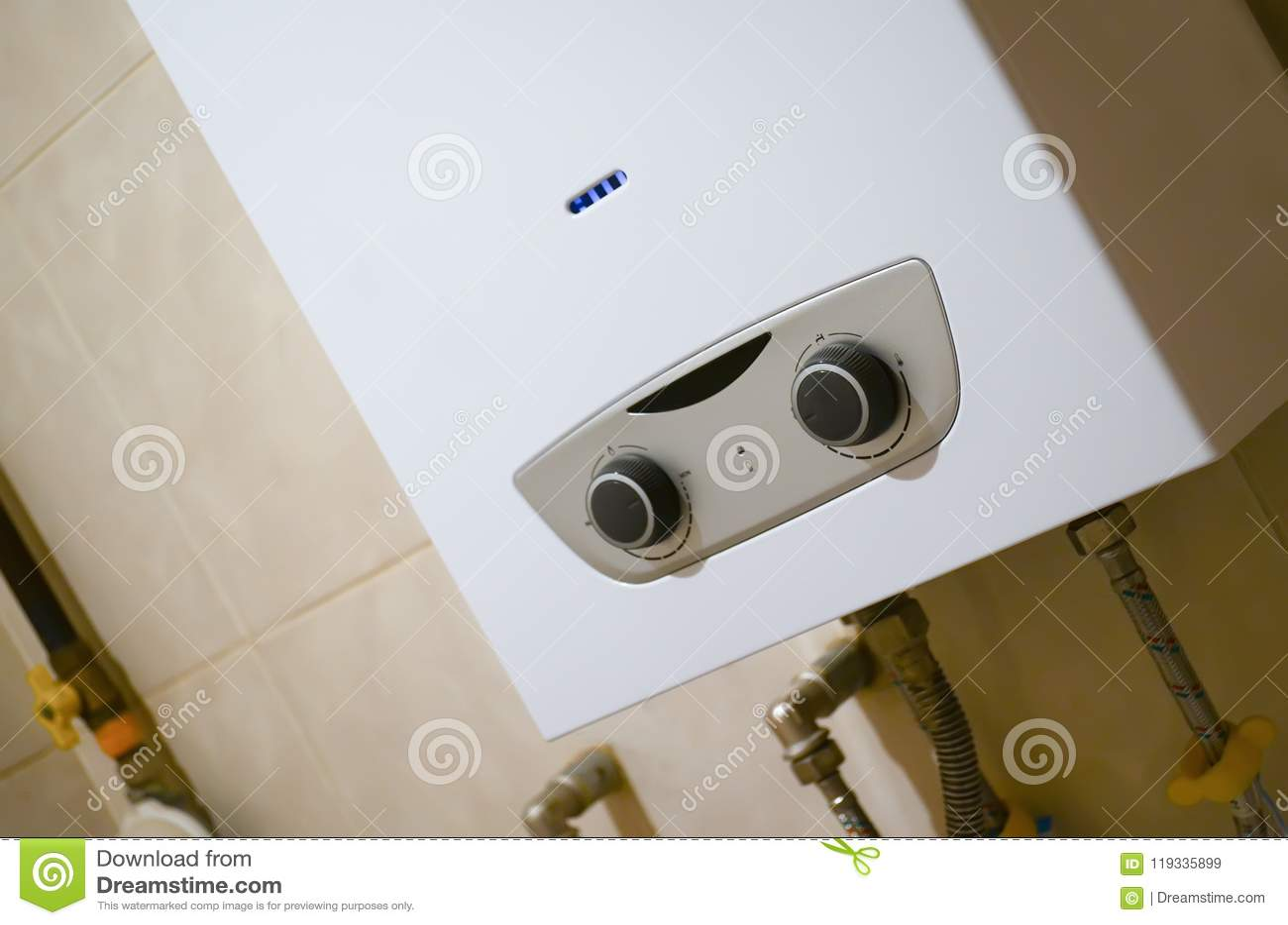 Calentadores Para Cuartos De Bano.Calentador De Agua Del Gas En El Cuarto De Bano Imagen De