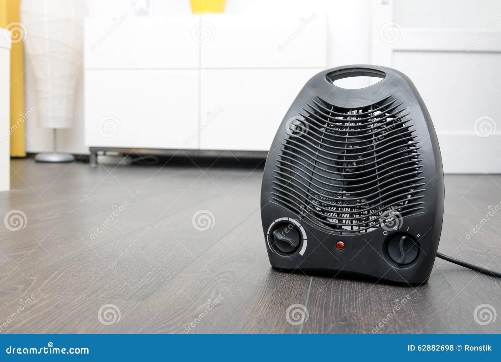 Calentador eléctrico en piso laminado en el cuarto