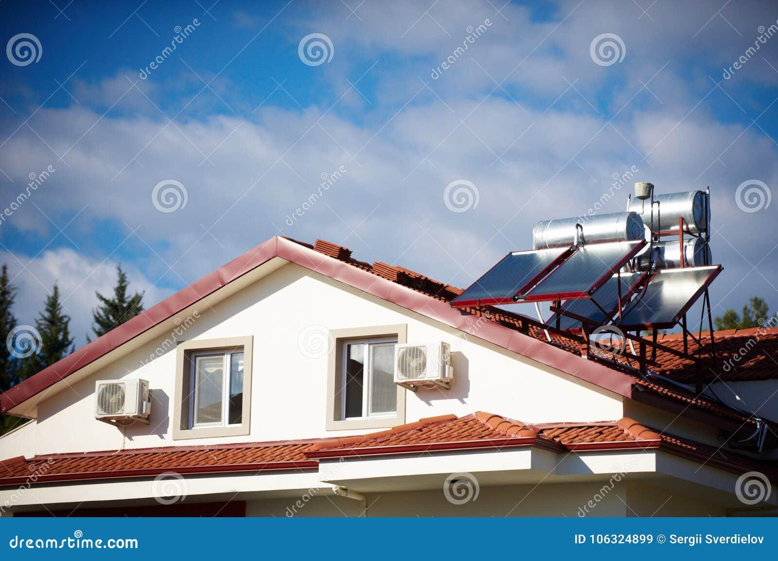 Calentadores solares en el tejado de la casa imagen de archivo imagen de conservaci n - La casa en el tejado ...