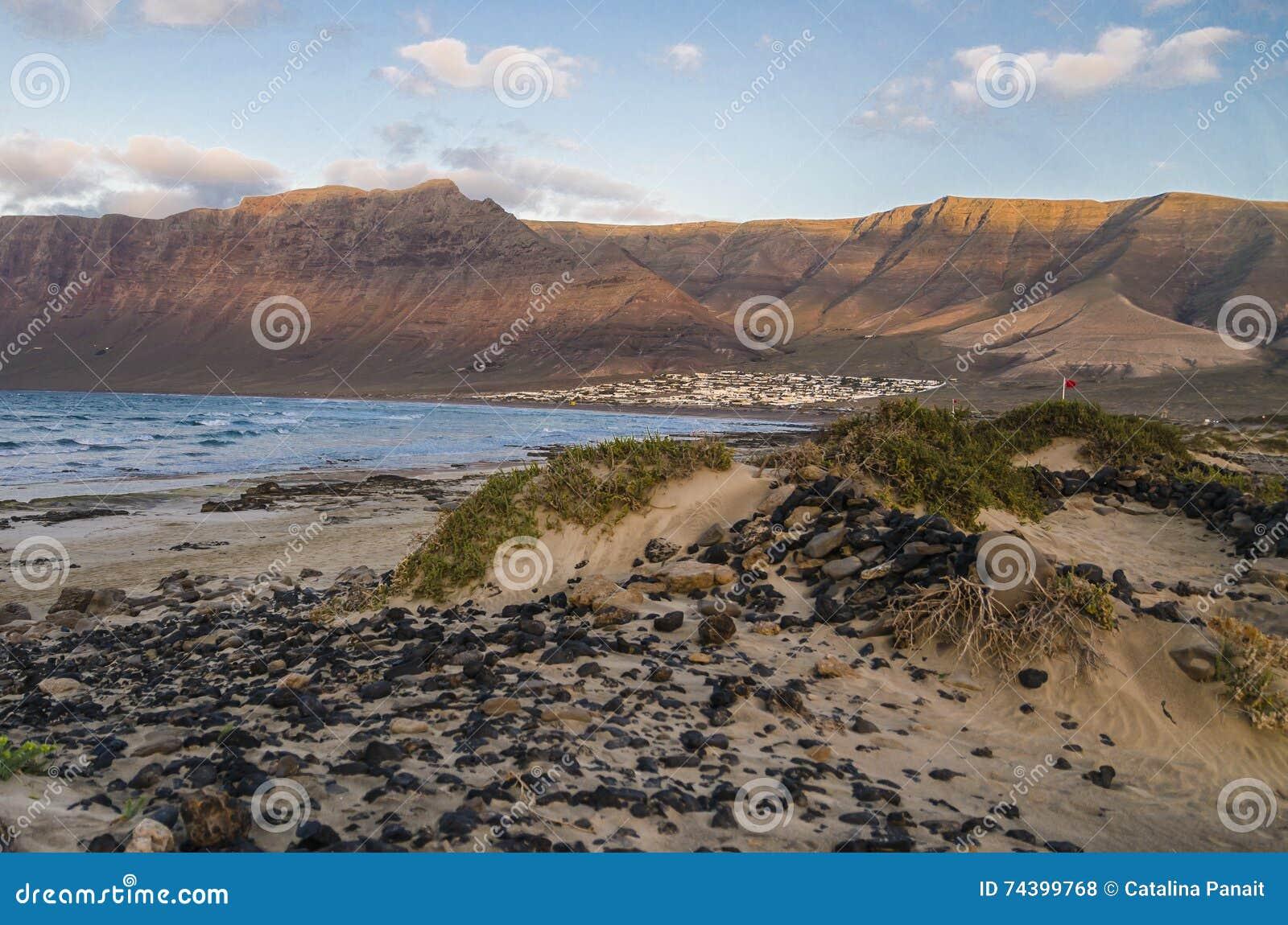 Caleta De Famara Wyrzucać na brzeg, Lanzarote, Hiszpania