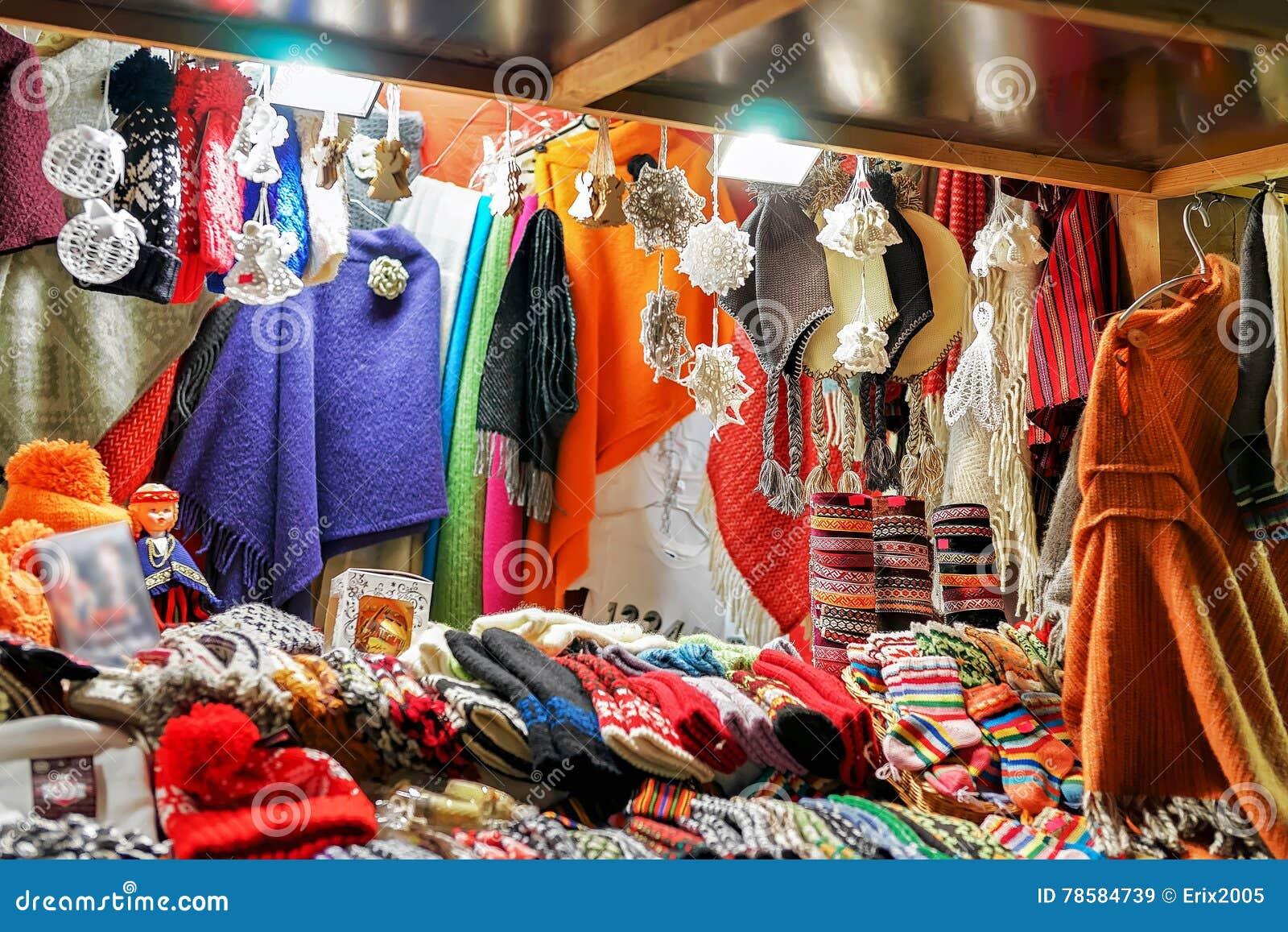 divers design prix d'usine nouveau produit Calez Avec Les Vêtements De Laine Colorés Au Marché De Noël ...