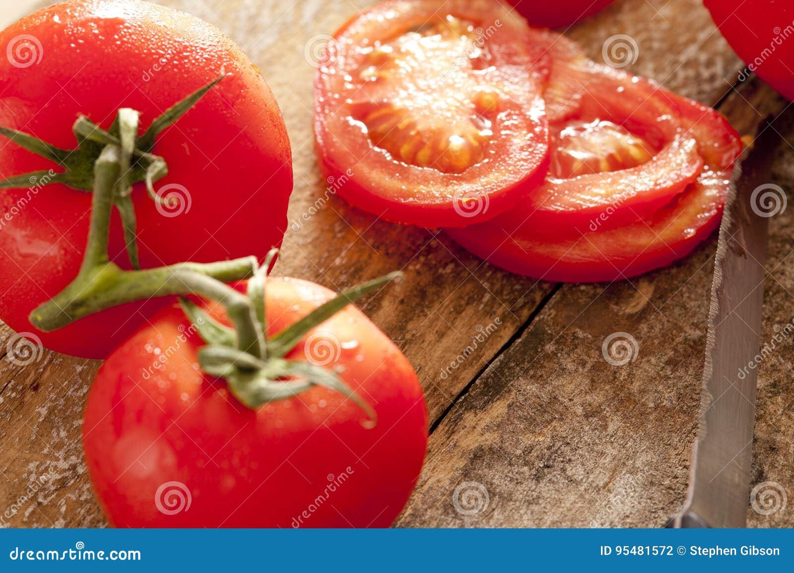 Cali i pokrojeni pomidory na winogradzie