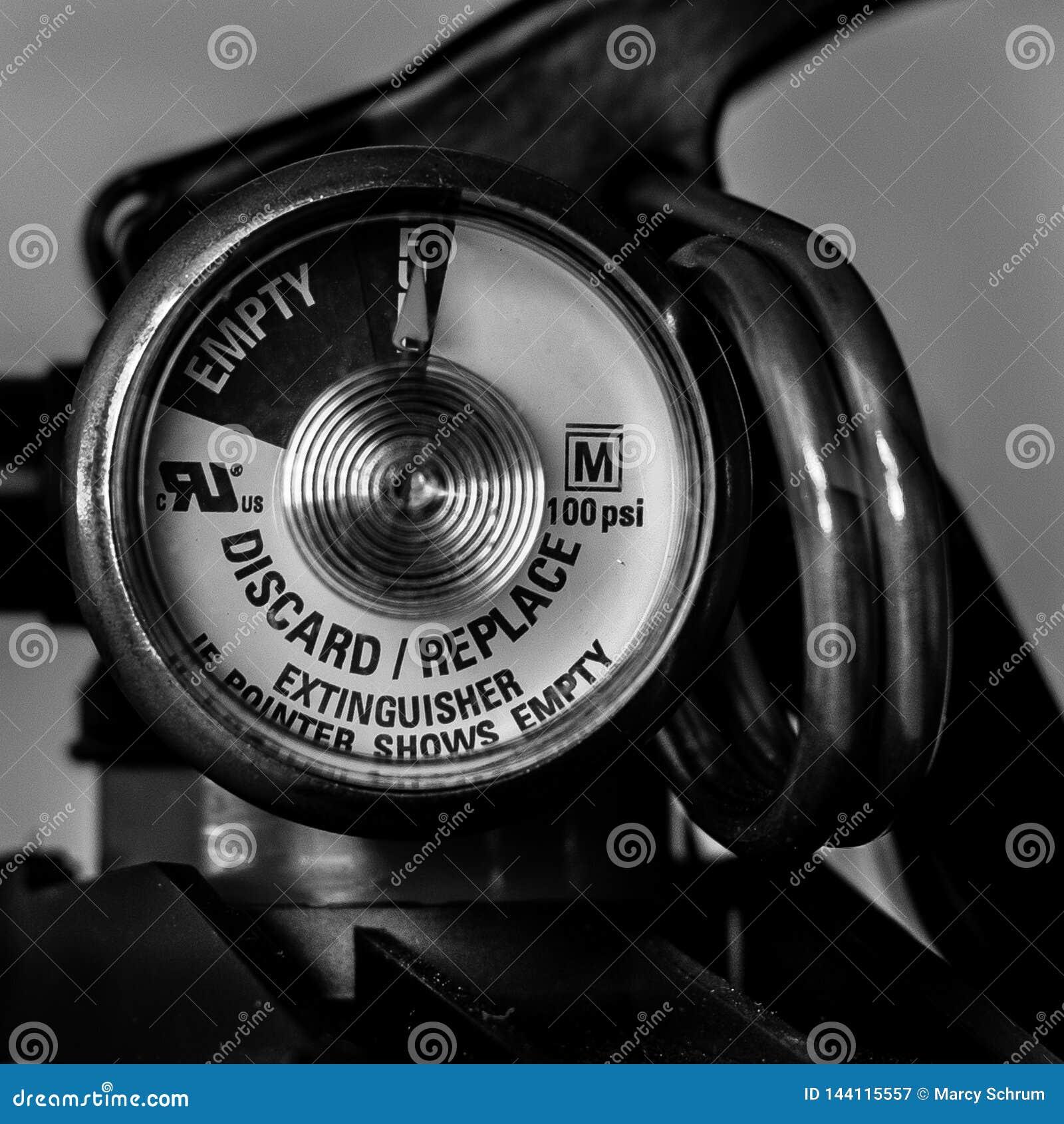 Calibre do extintor do close-up preto e branco