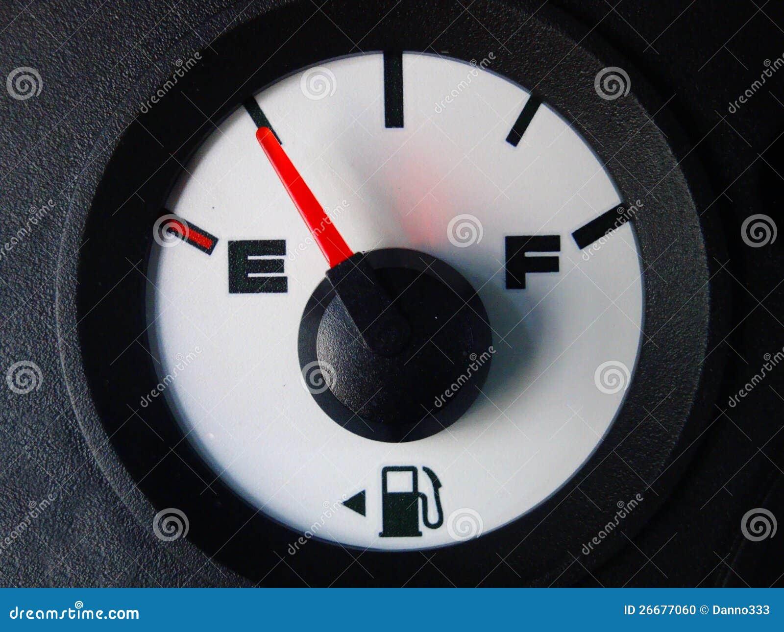 Calibro automobilistico del gas che mostra quasi vuoto