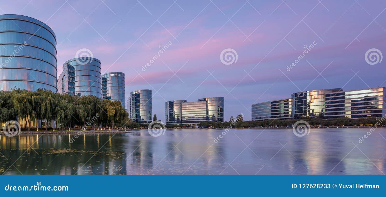 Californische sequoiakusten, Californië - September 27, 2018: Het hoofdkwartier en het meer van Oracle met het panorama van de sc