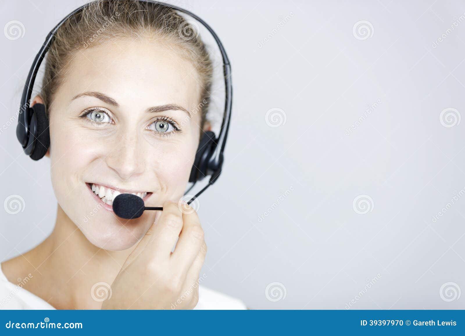 Call centerkvinna med hörlurar med mikrofon