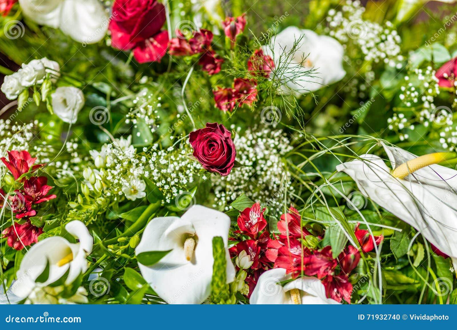 Calla красной розы и белых