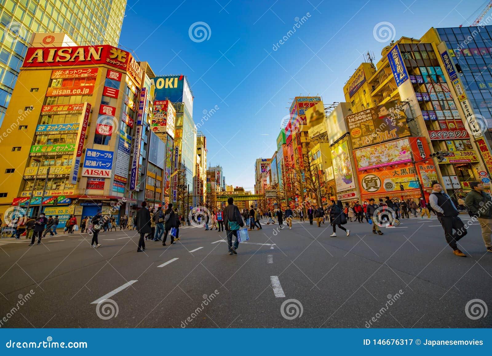 Calle c?ntrica en la ciudad el?ctrica en el tiro ancho diurno de Akihabara Tokio
