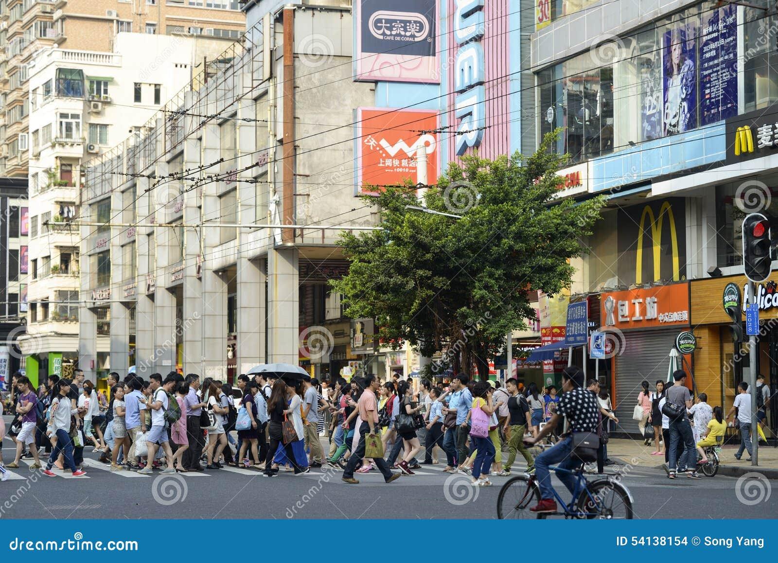 Calle comercial moderna de la ciudad, calle urbana de las compras con la gente apretada, opinión de la calle de China