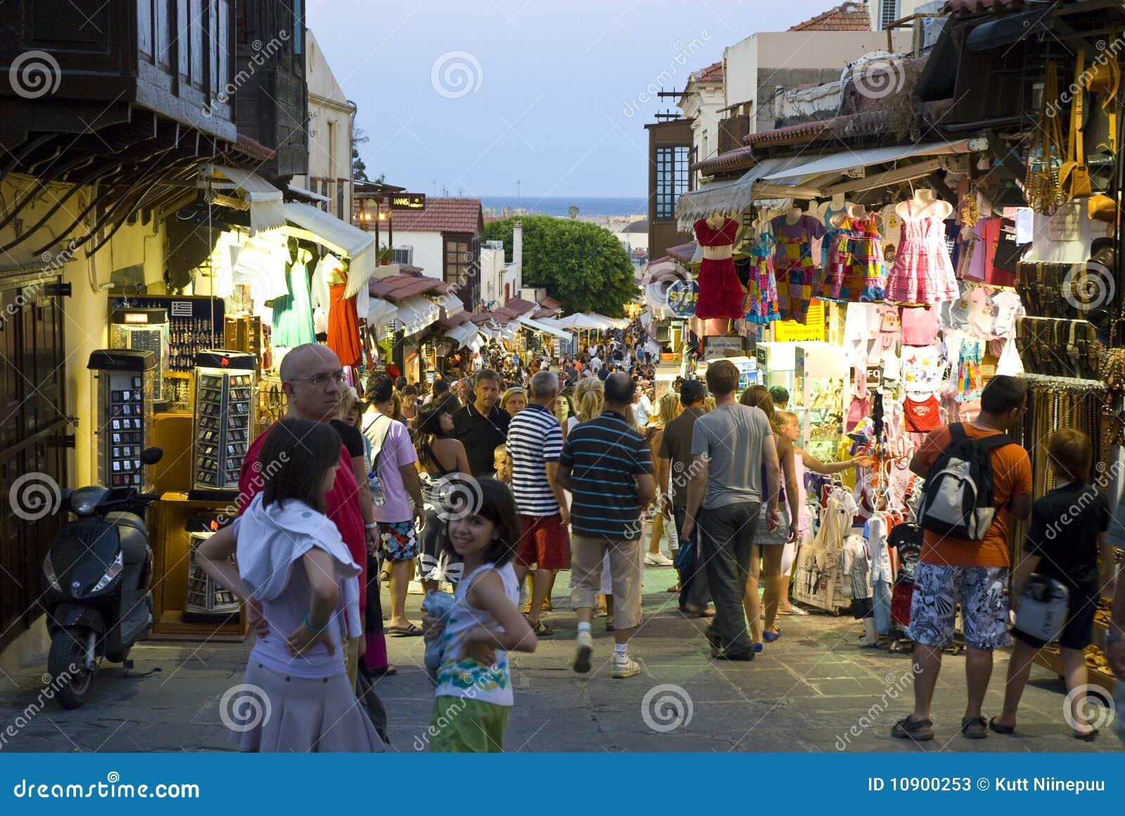 Calle comercial ocupada