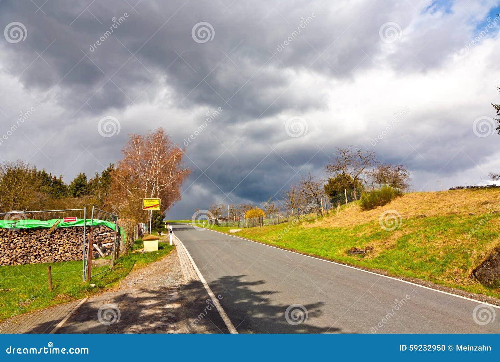 Download Calle Con Las Nubes Oscuras Foto de archivo - Imagen de planta, peligro: 59232950