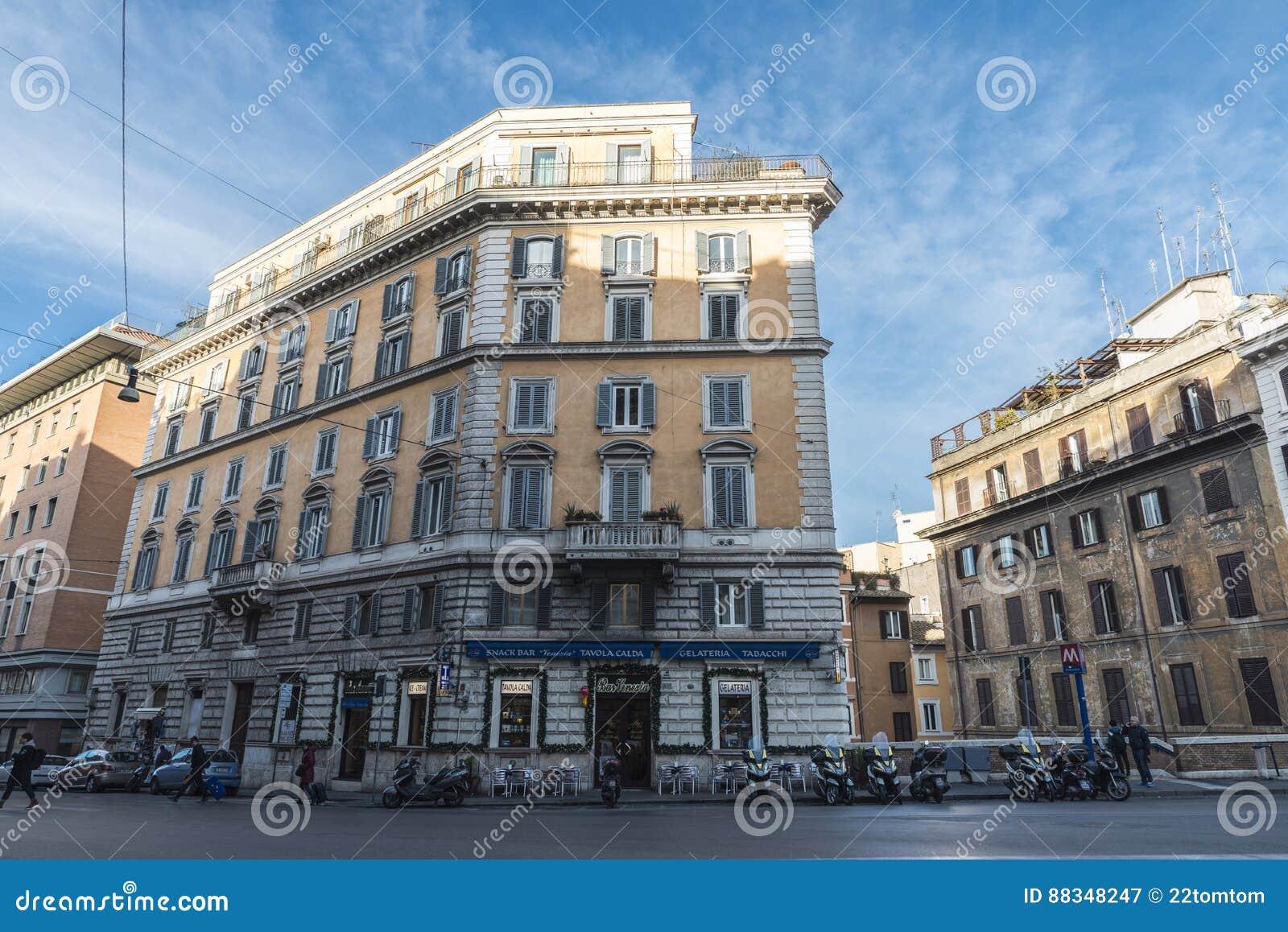 Calle Con Una Terraza De Un Restaurante De La Barra En Roma