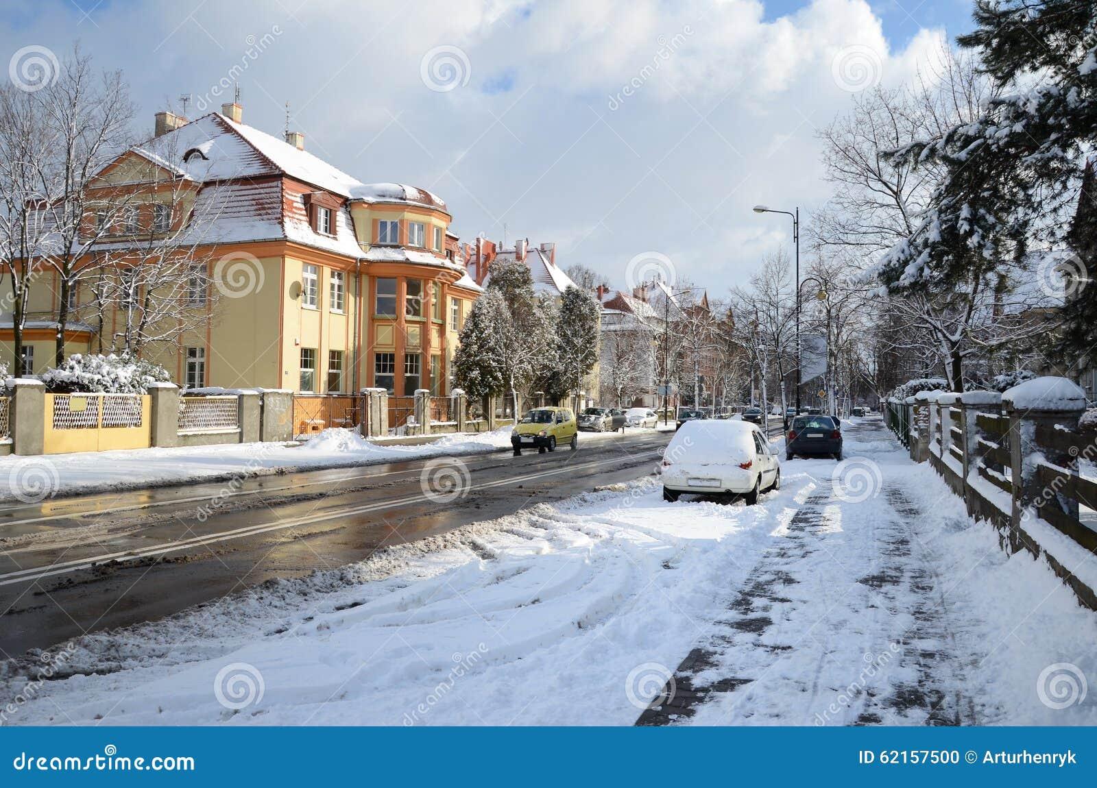 Calle de la ciudad en el invierno Gliwice, Polonia