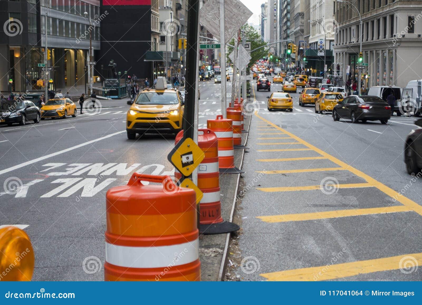 Calle de la ciudad de Manhattan con los barriles del tráfico y de la construcción de ciudad