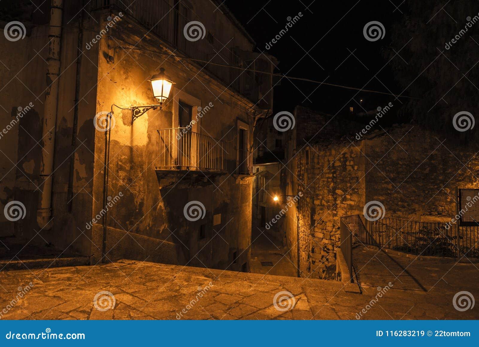 Calle de la ciudad vieja en la noche en Ragusa, Sicilia, Italia