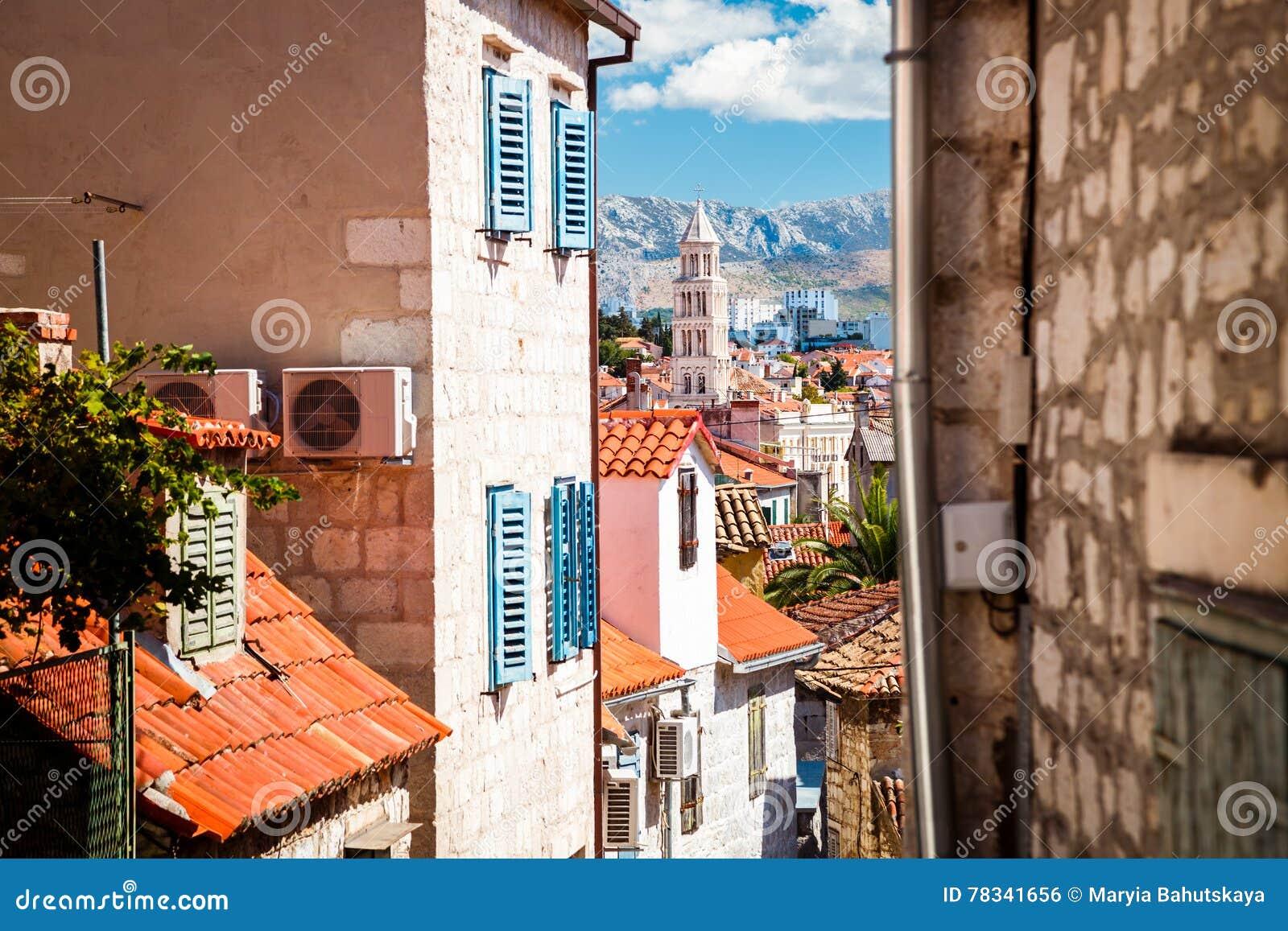 Calle de la ciudad vieja partida en Dalmacia, Croacia