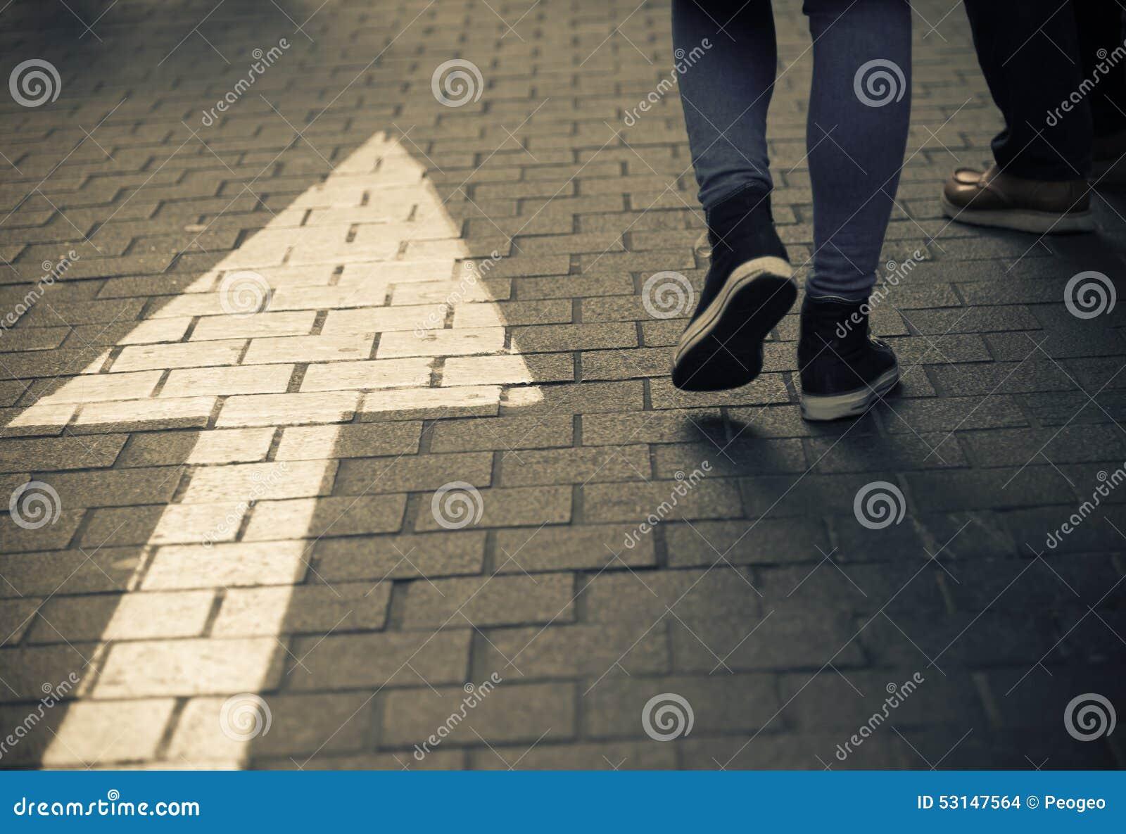 Calle de la flecha derecho con la gente que camina en vintage oscuro a