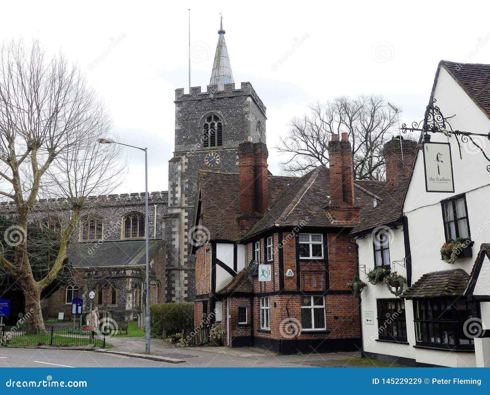 Calle de la iglesia, Rickmansworth incluyendo la iglesia de St Mary, la casa osteopática y el bar de las plumas