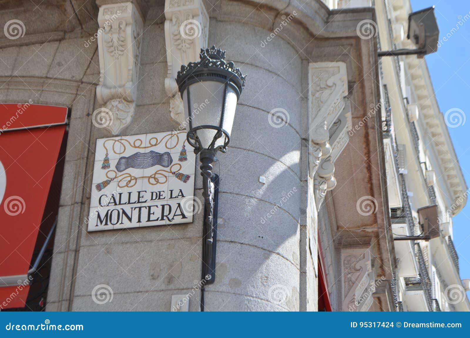 Calle de La Montera Sign y la lámpara real dirigen en las calles de Madrid 959f600369d