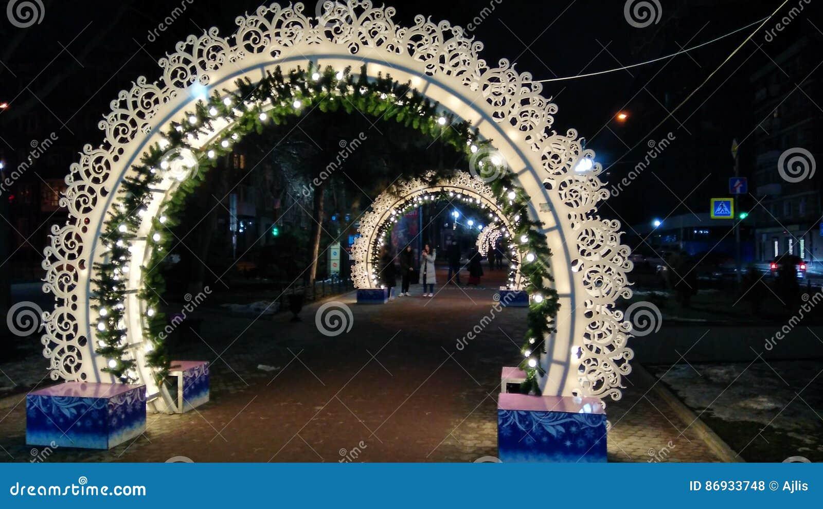 Calle de la noche de la iluminación