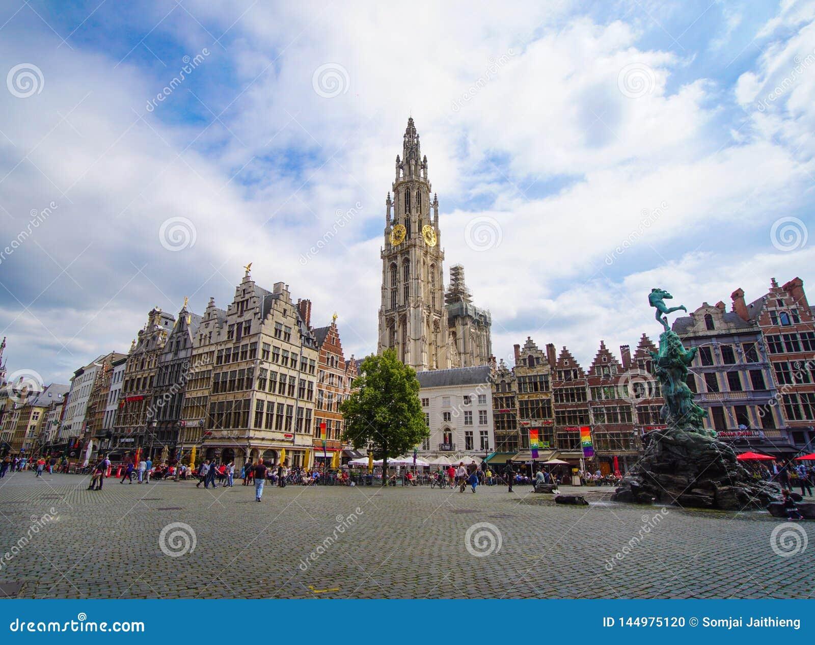 Calle de Meir, torre sola de la catedral de nuestra señora, fuente con la estatua de Brabo en el cuadrado de Grote Markt con la