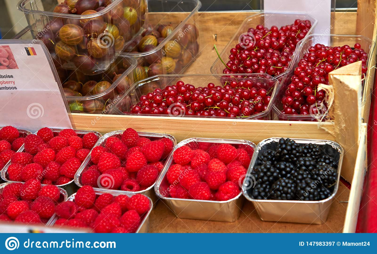 Calle del bazar en Bruselas con las frutas exóticas