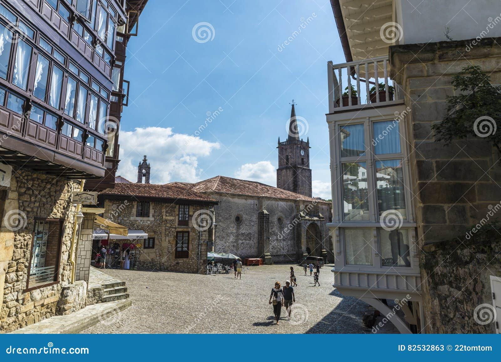 Calle del pueblo medieval de comillas en espa a foto de for Oficina de turismo de comillas