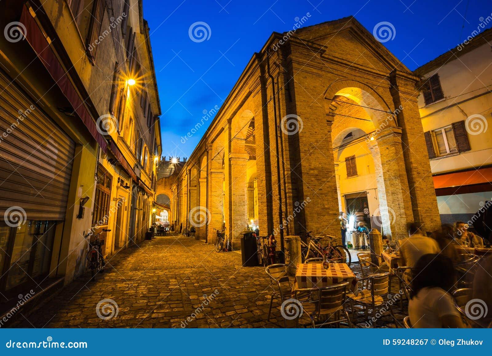 Calle en la ciudad vieja en la noche